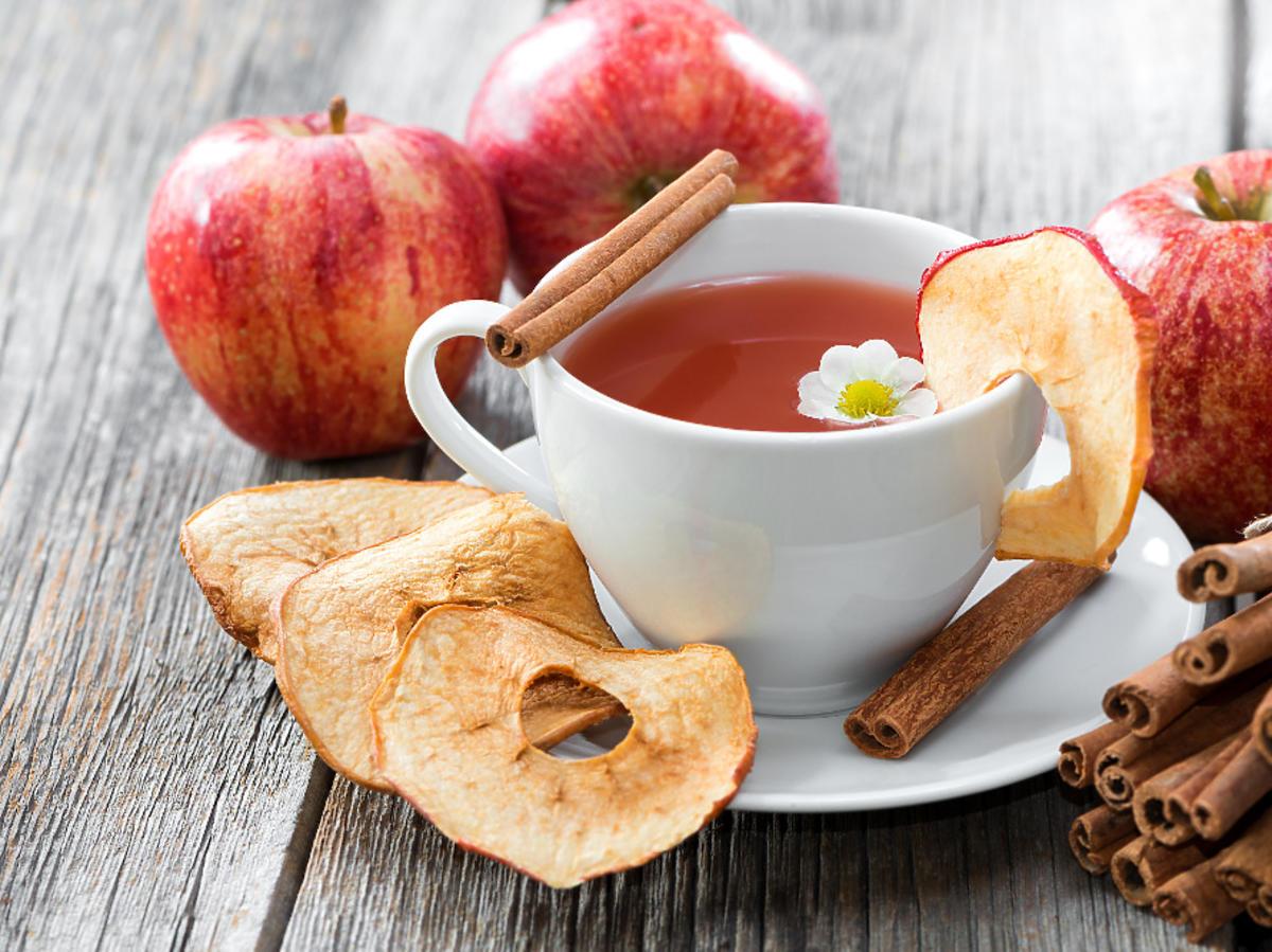 herbata z jabłkami i cynamonem