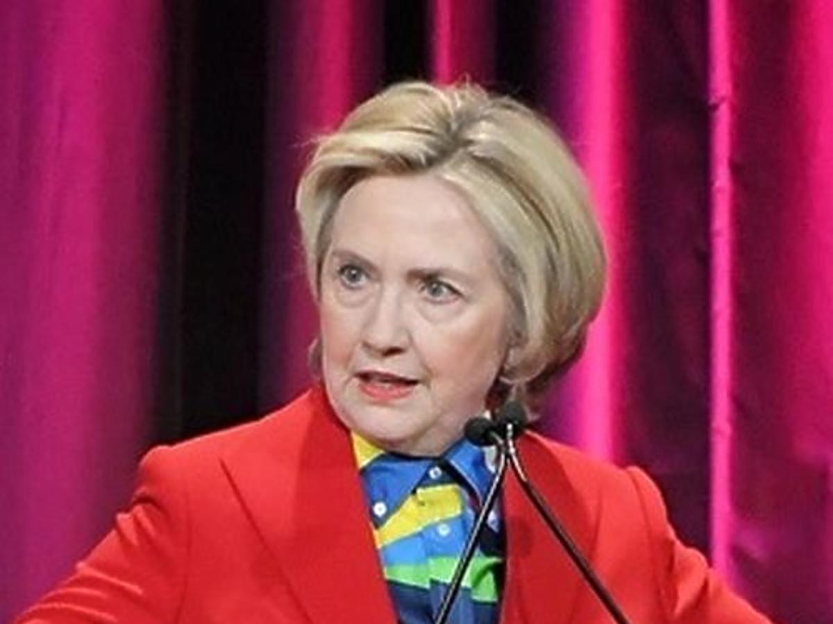 Hillary Clinton na mównicy w czerwonym żakiecie
