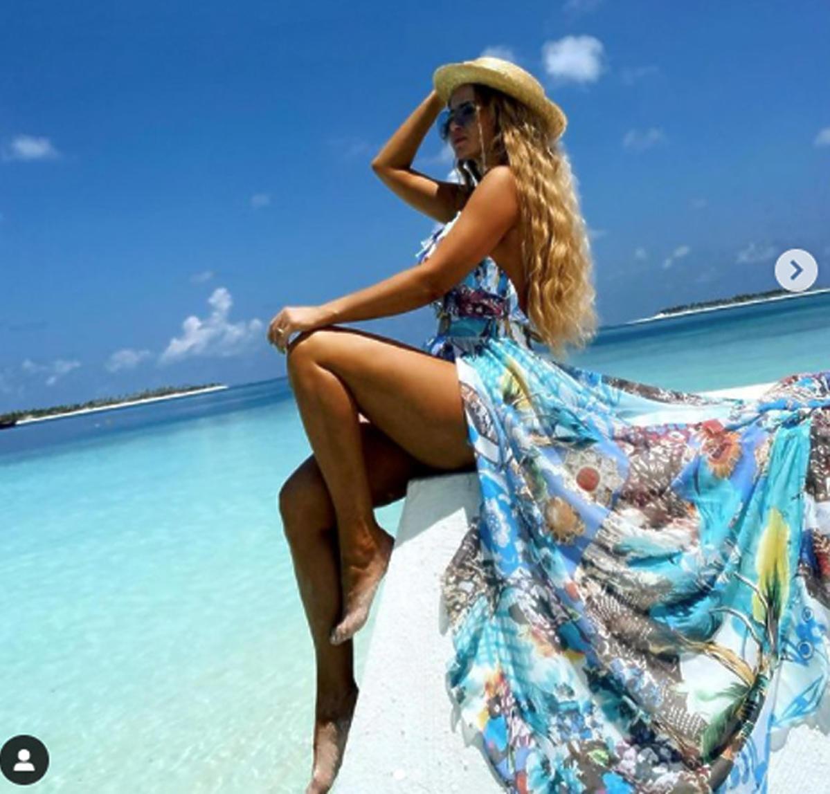 Izabela Macudzińska na wakacjach na Malediwach, pozuje eksponując nogi