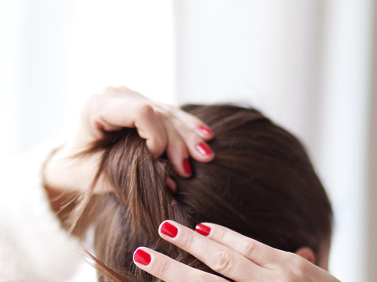 Jak bezboleśnie rozczesać supełki na włosach?