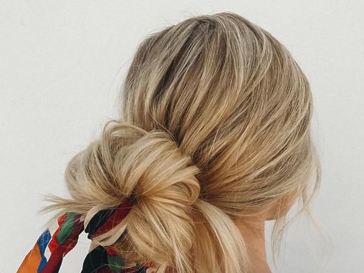 Jak ukryć brudne włosy? Oto trzy fryzury, które ci w tym pomogą