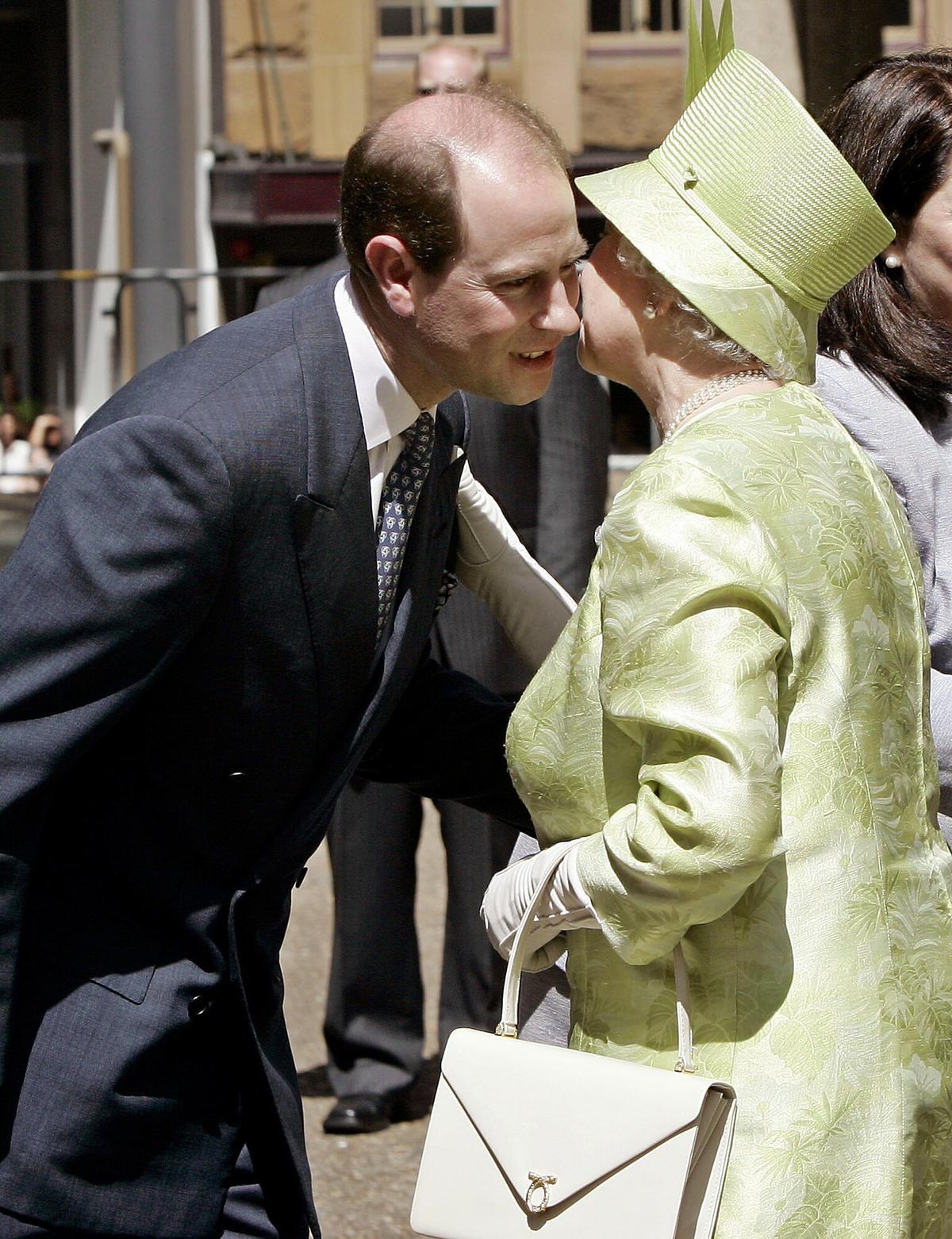 Jakie relacje łączą królową Elżbietę II z jej dziećmi?