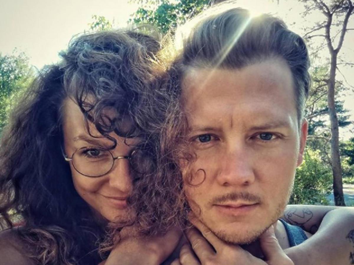 Jakub Tolak pozuje z dziewczyną do zdjęcia