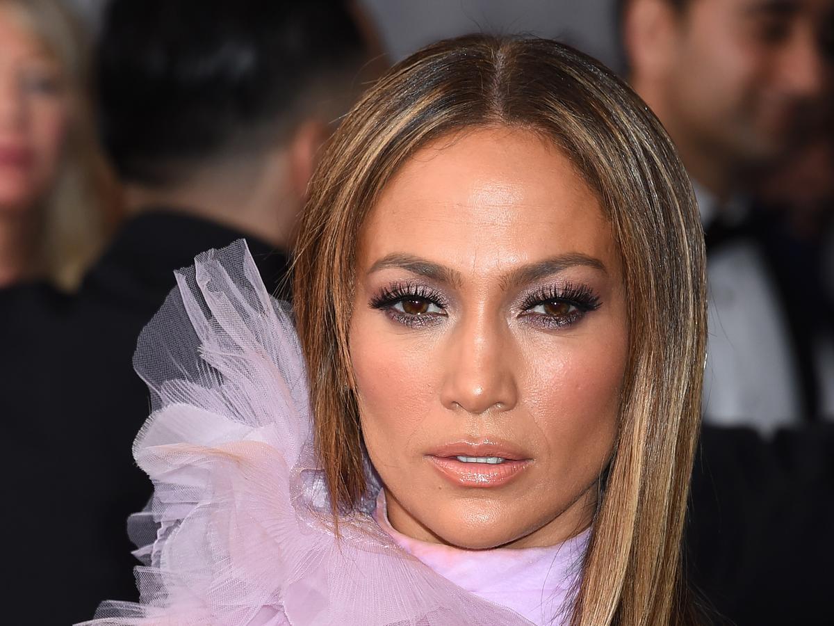 Jennifer Lopez w długich włosach i fioletowej sukience