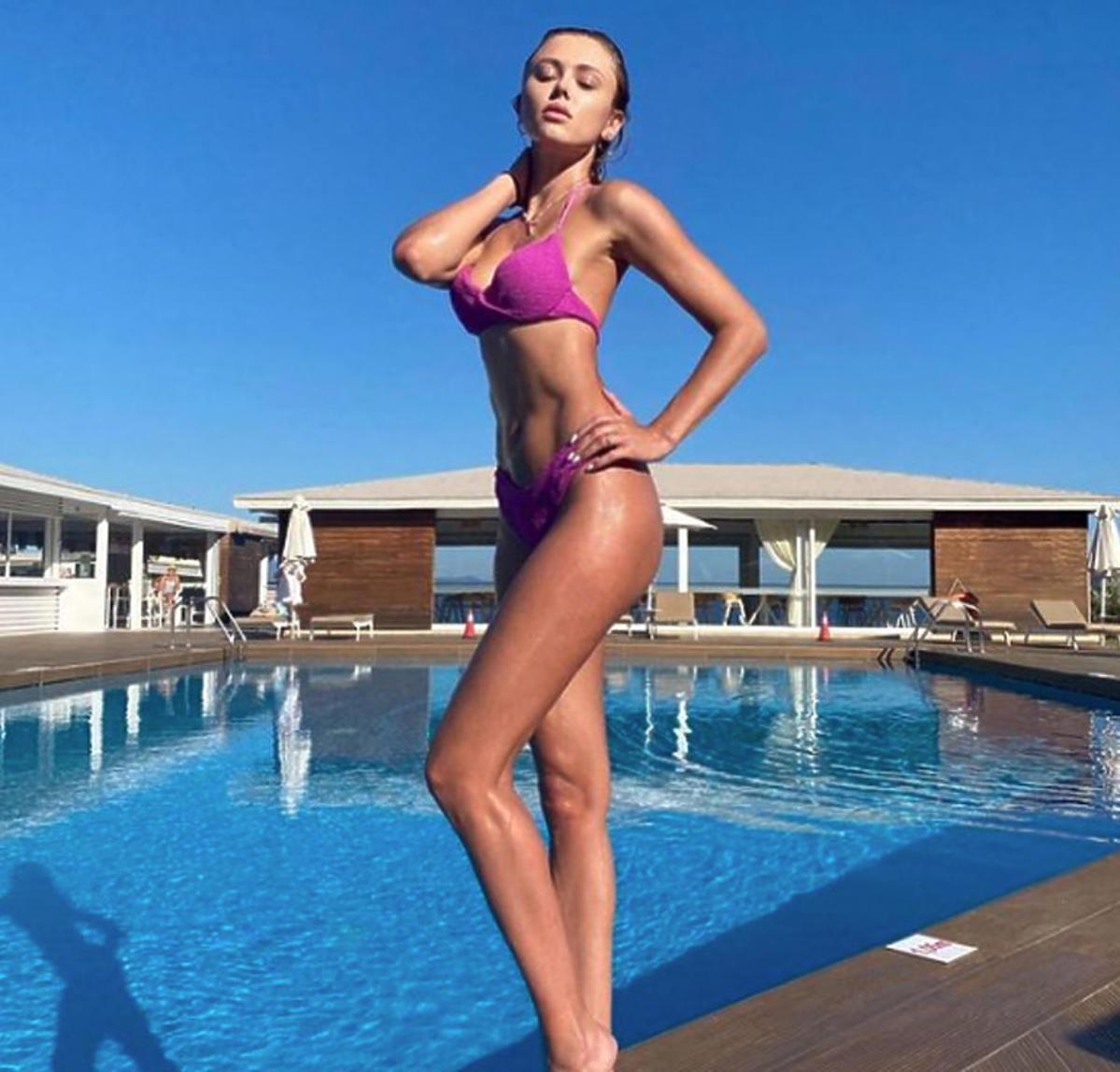 Joanna Opozda w stroju kąpielowym