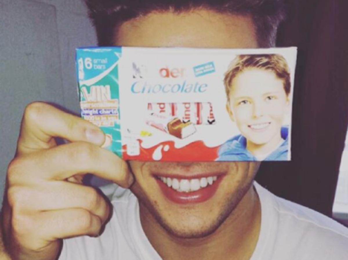 Josh Bateson z opakowaniem Kinder Chocolate