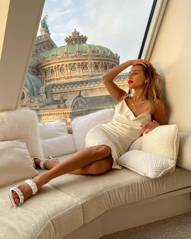 Julia Wieniawa w białej sukience
