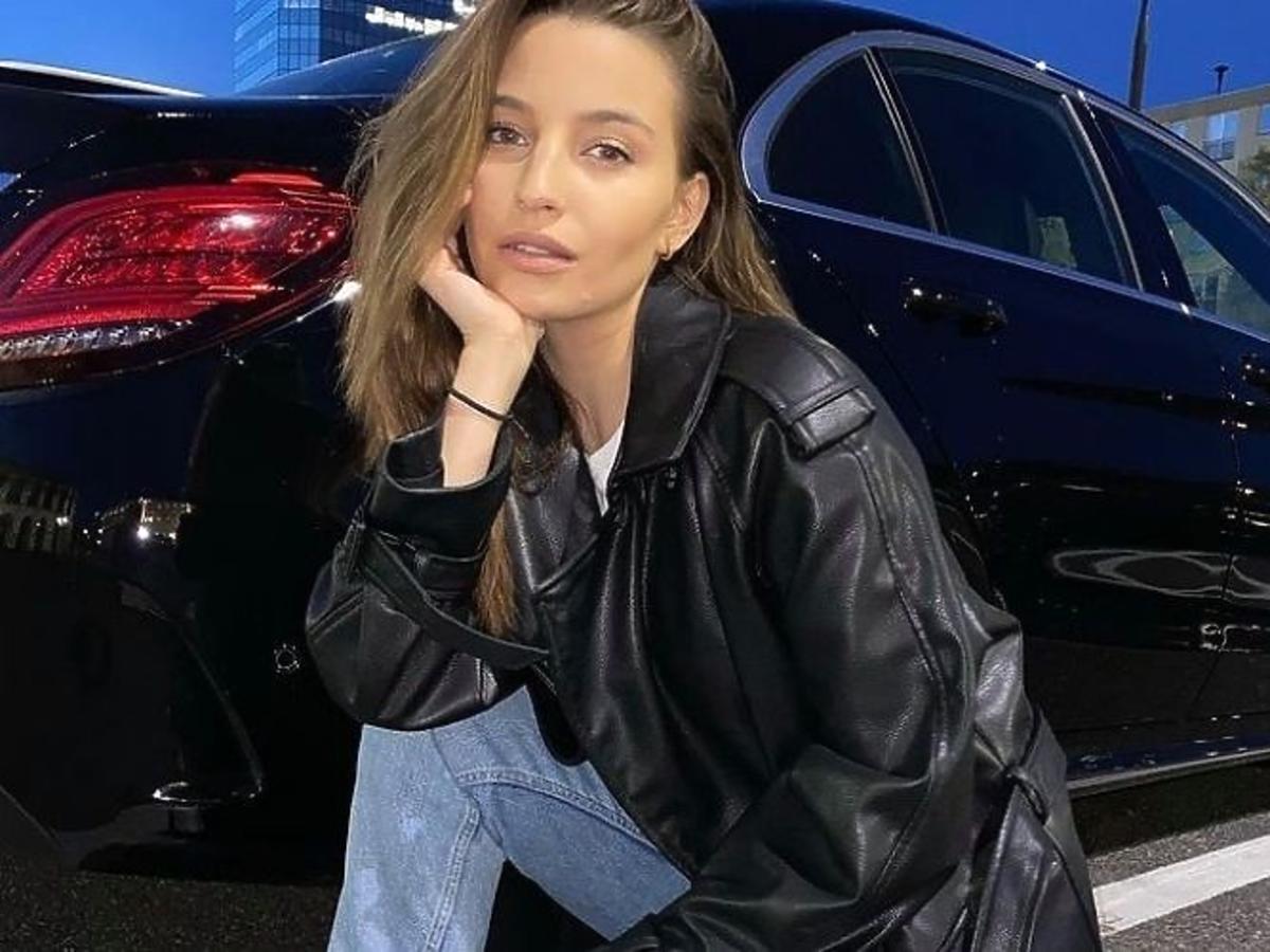 Julia Wieniawa w czarnej ramonesce i jeansach.