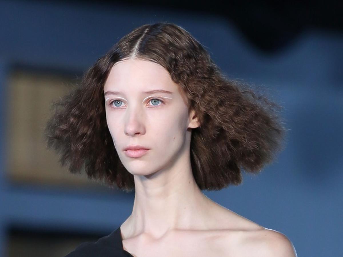 Karbowane włosy hitem jesieni 2019. Jak je szybko zrobić?