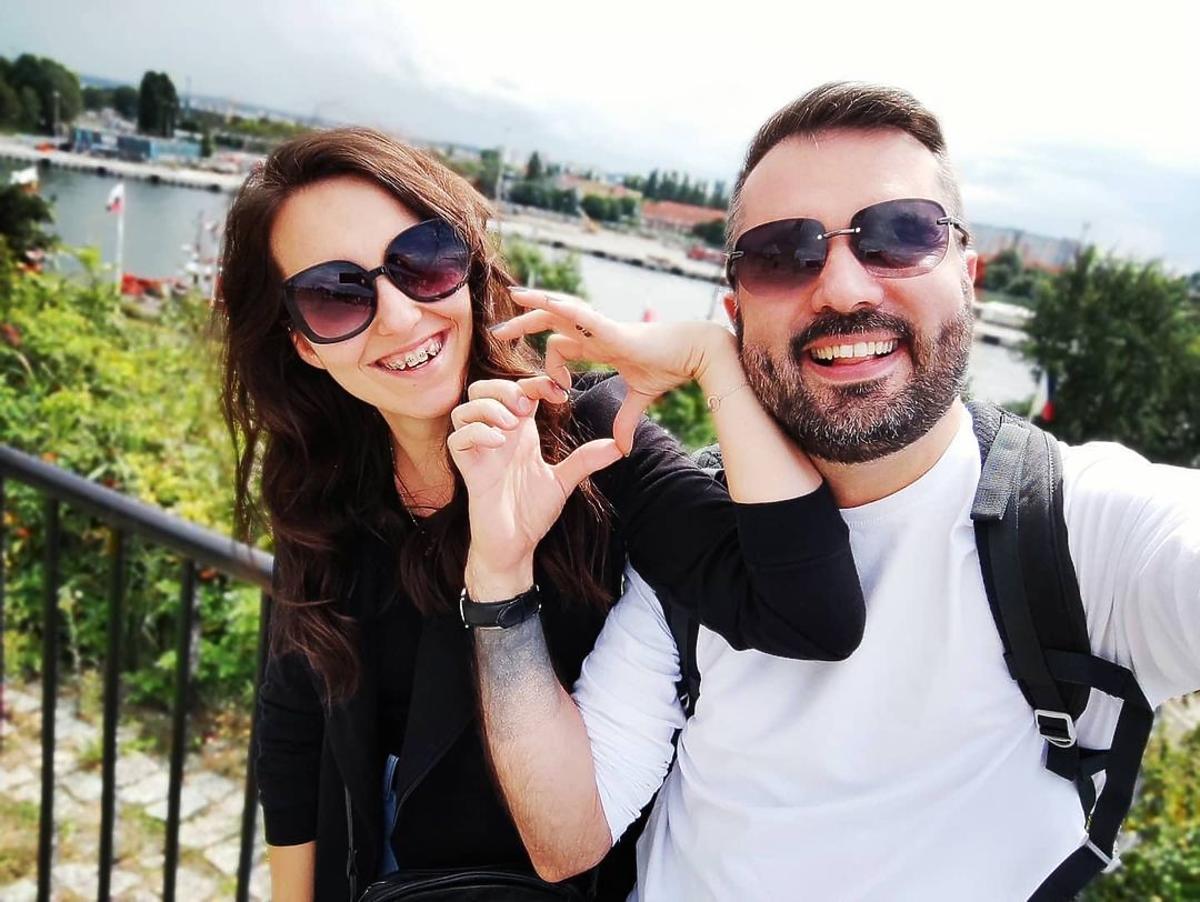 Karol i Laura pokazali pierwsze wspólne zdjęcie z wakacji na morzem, dłonie układają w serduszko