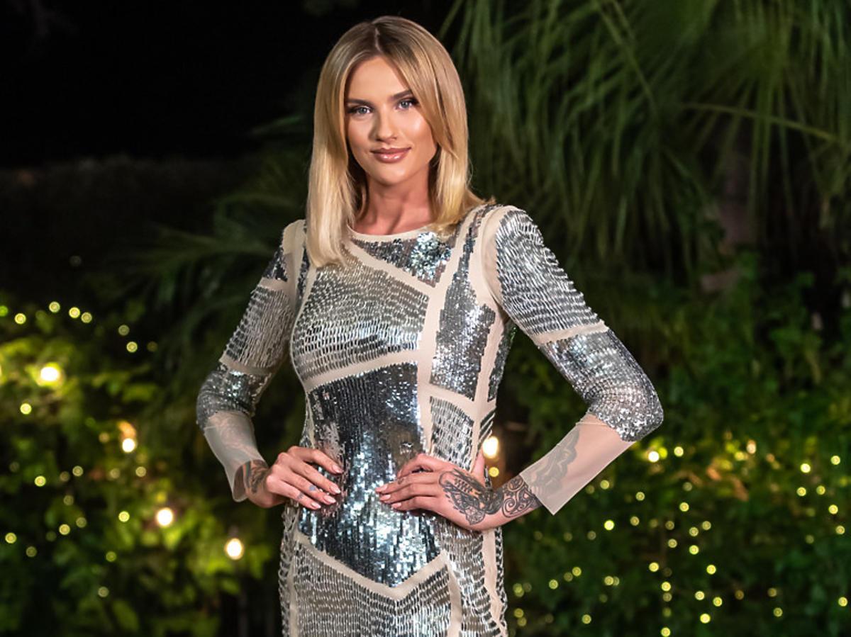 """Karolina Gilon we wzorzystej czarno-białej mini i nowa willa Casa Amor w """"Love Island 3"""""""