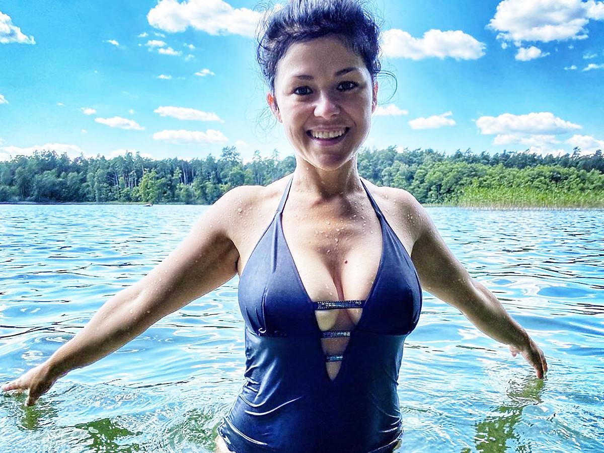 Kasia Cichopek w czarnym kostiumie kąpielowym