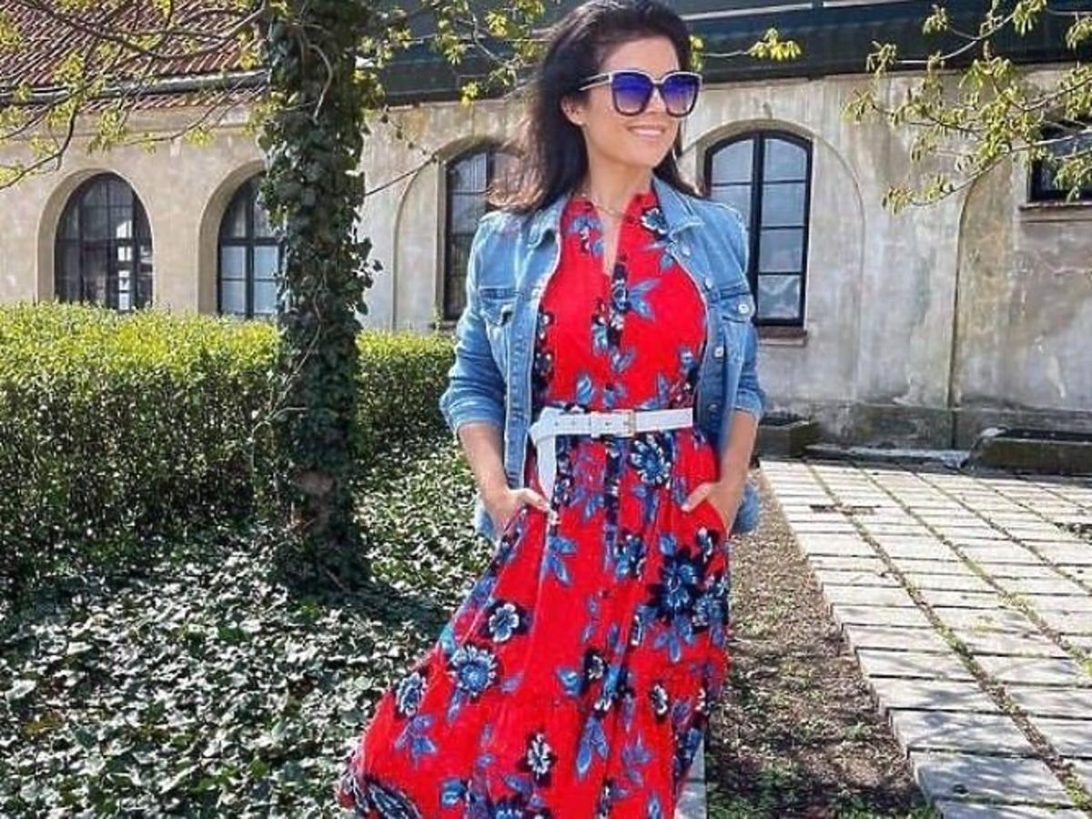 Katrzyna Cichopek w czerwonej sukience w kwiaty i jeansowej kurtce.