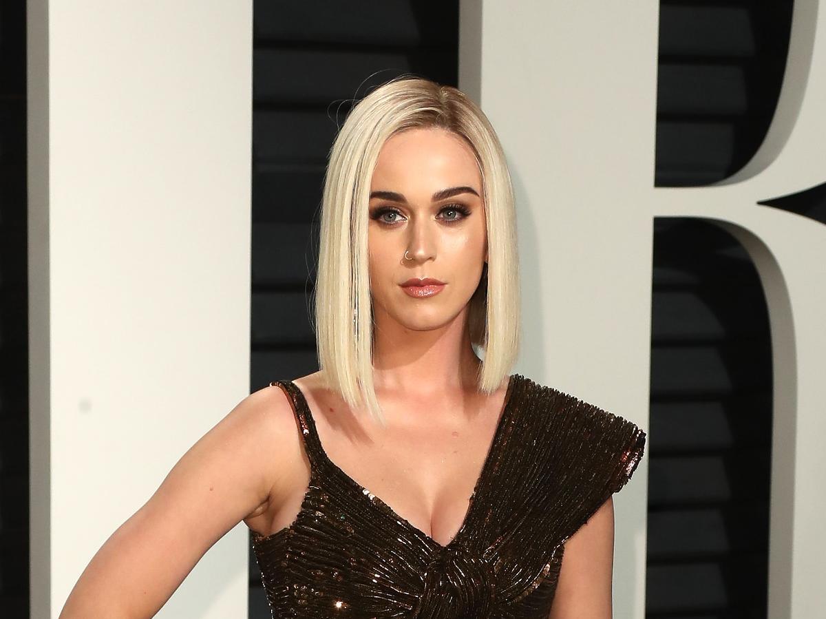 Katy Perry w krótkich blond włosach pozuje do zdjęć