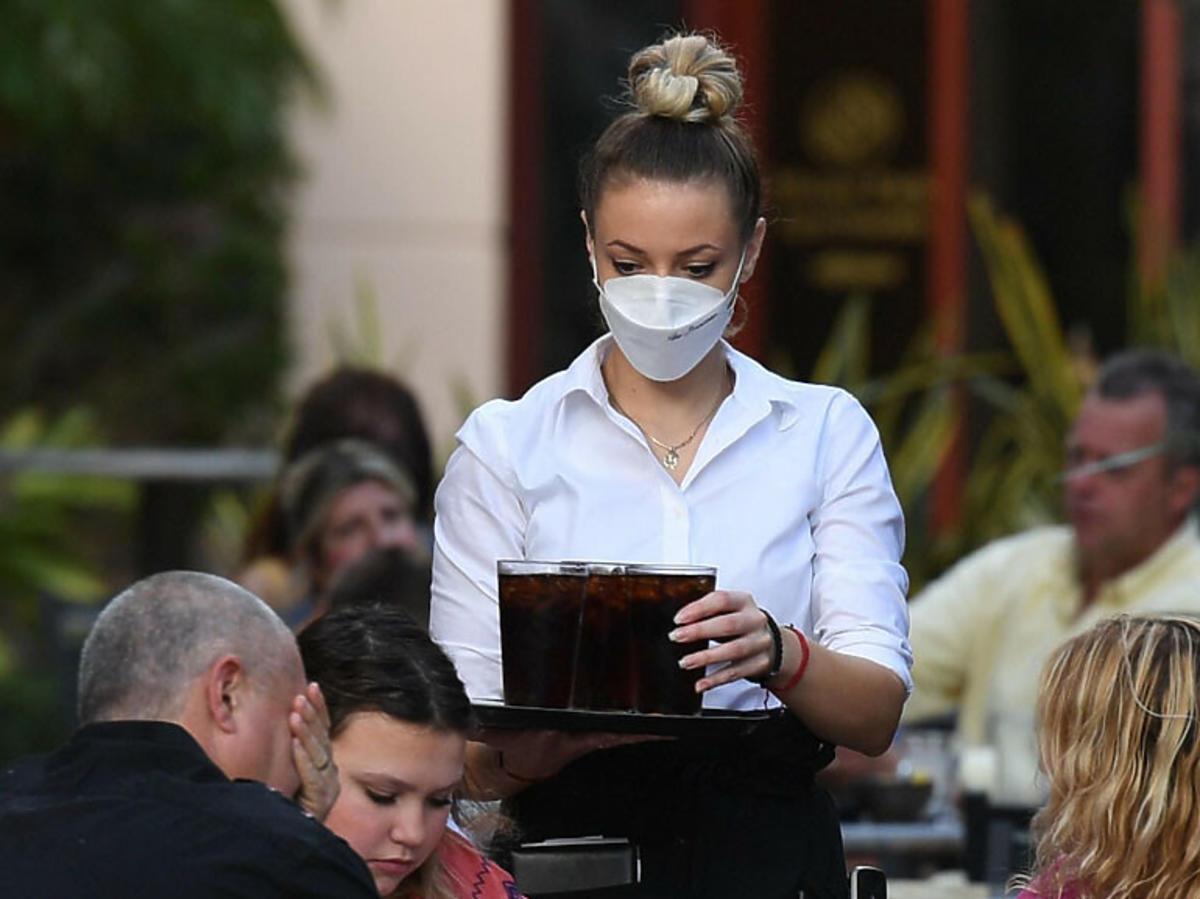 Kelnerka w maseczce