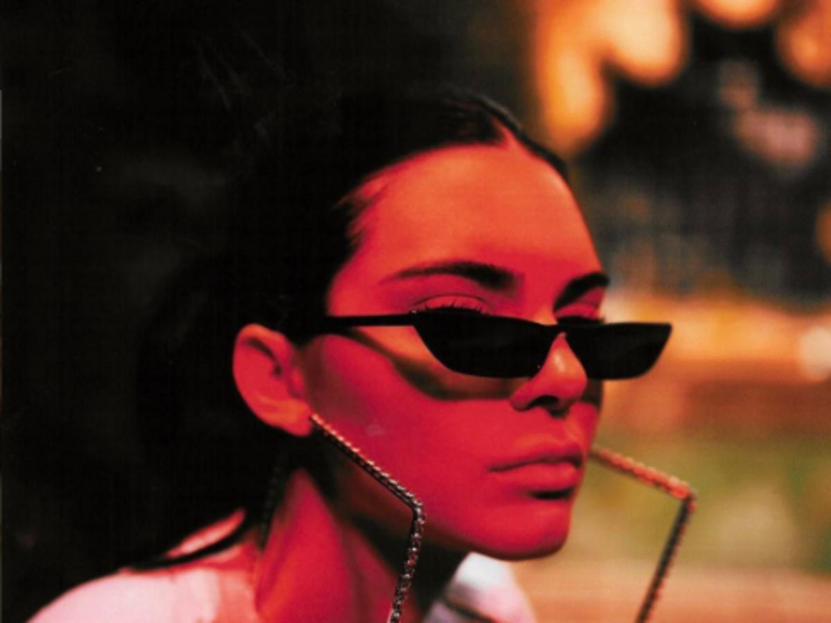Kendall Jenner w okularach w stylu Matrix