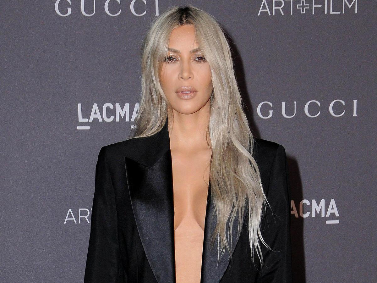 kim kardashian west w blond włosach