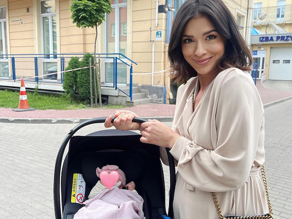 Klaudia Halejcio z córką w nosidełku
