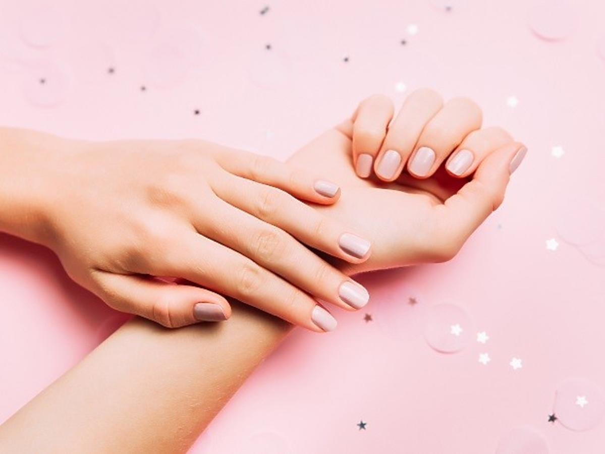 Kobiece dłonie z naturalnym manicure