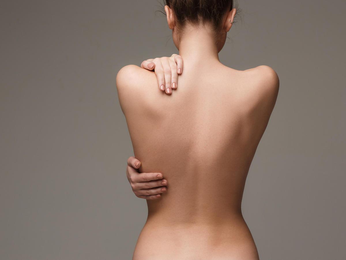 kobiece plecy - dołeczki wenus nad pośladkami