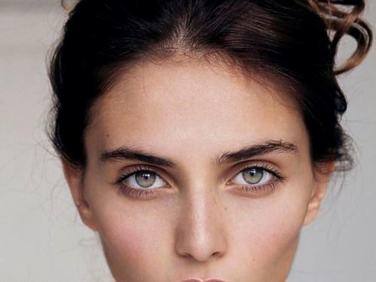 kobieta bez makijażu, brunetka z nienaganną cerą