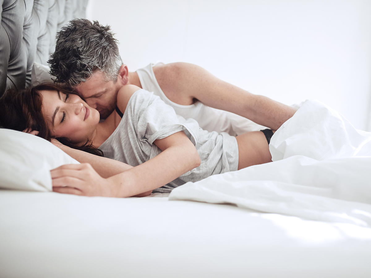 kobieta i mężczyzna w łóżku w białej pościeli