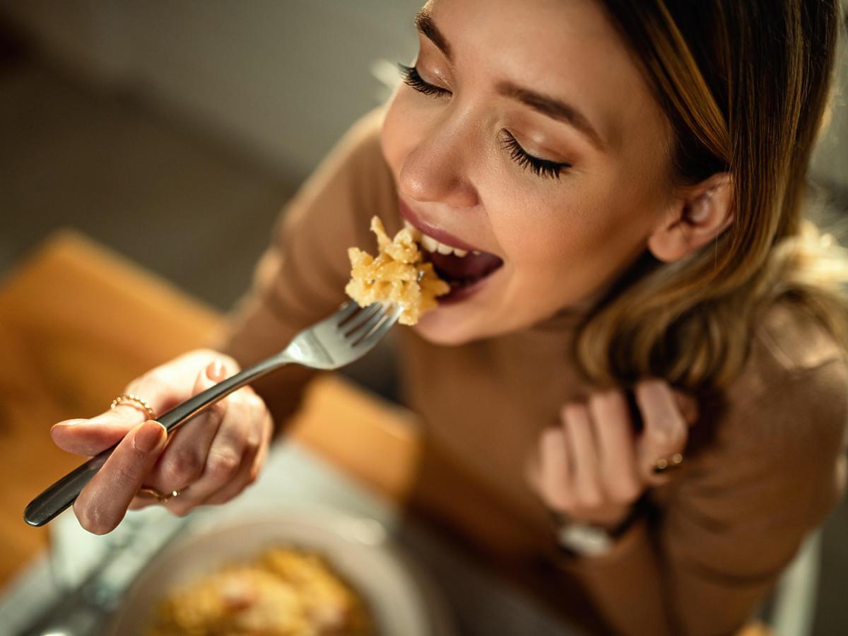 kobieta je syty posiłek na diecie