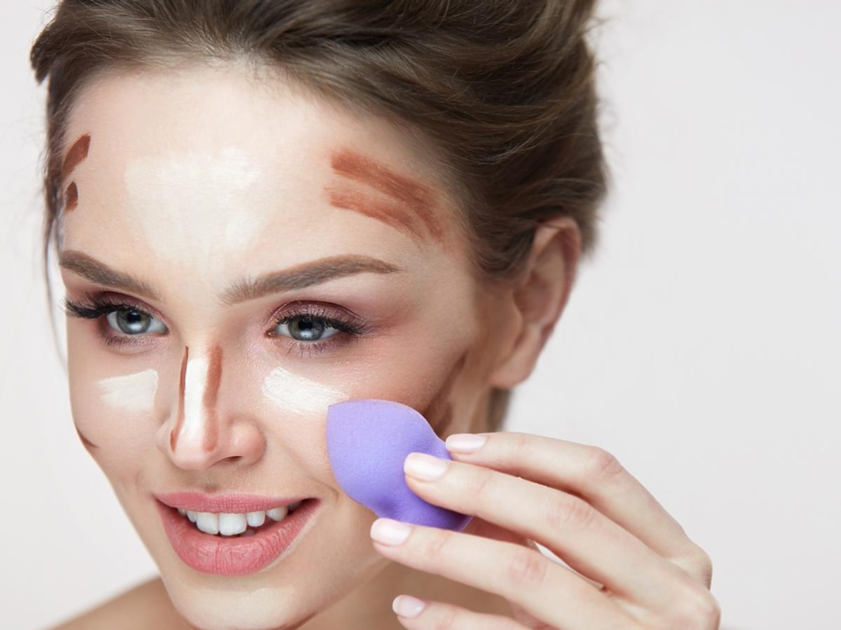 kobieta konturuje twarz za pomocą gąbki do makijażu
