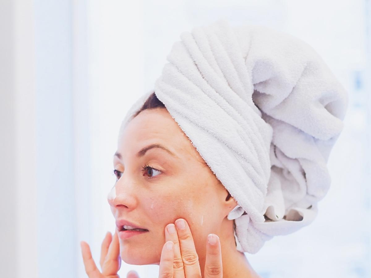 kobieta myjąca twarz w łazience