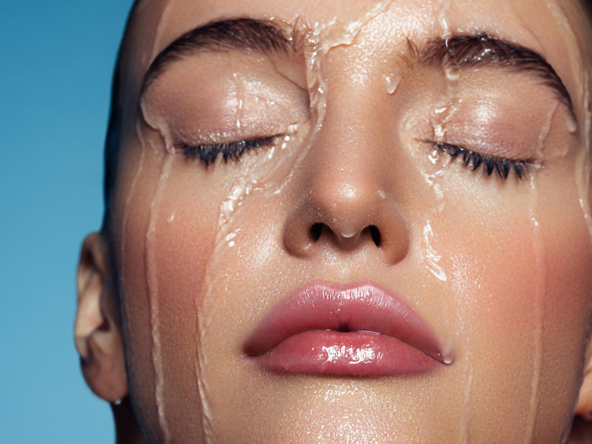 kobieta myje twarz wodą i żelem z witaminą C Natura Siberica