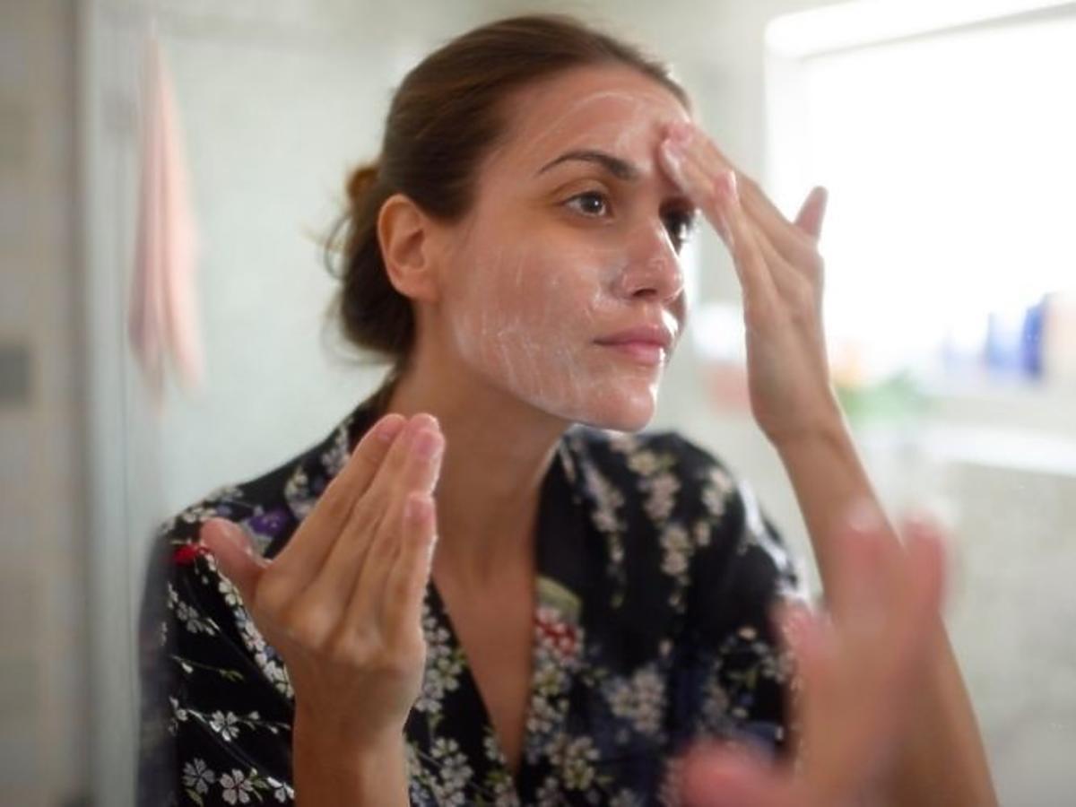 kobieta myje twarz żelem