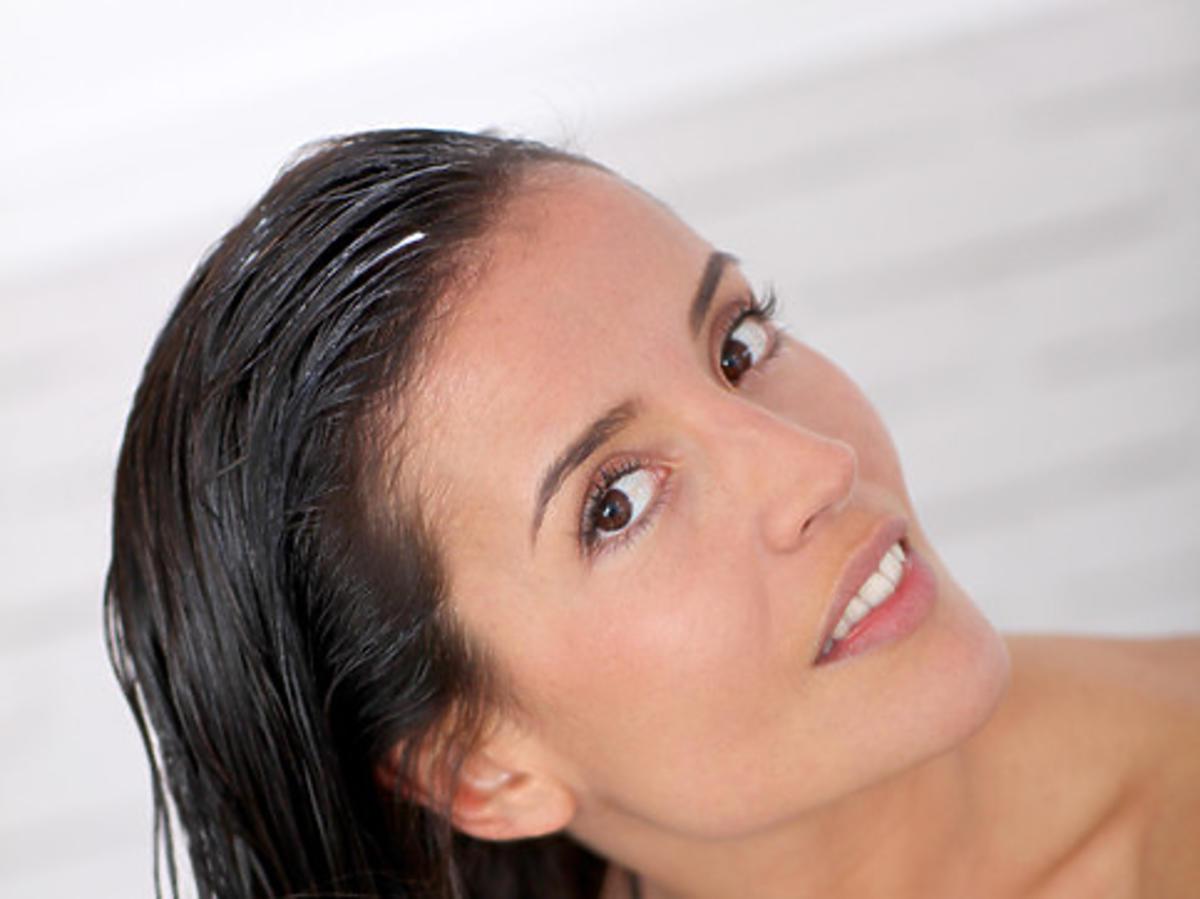 kobieta nakładająca maskę na włosy