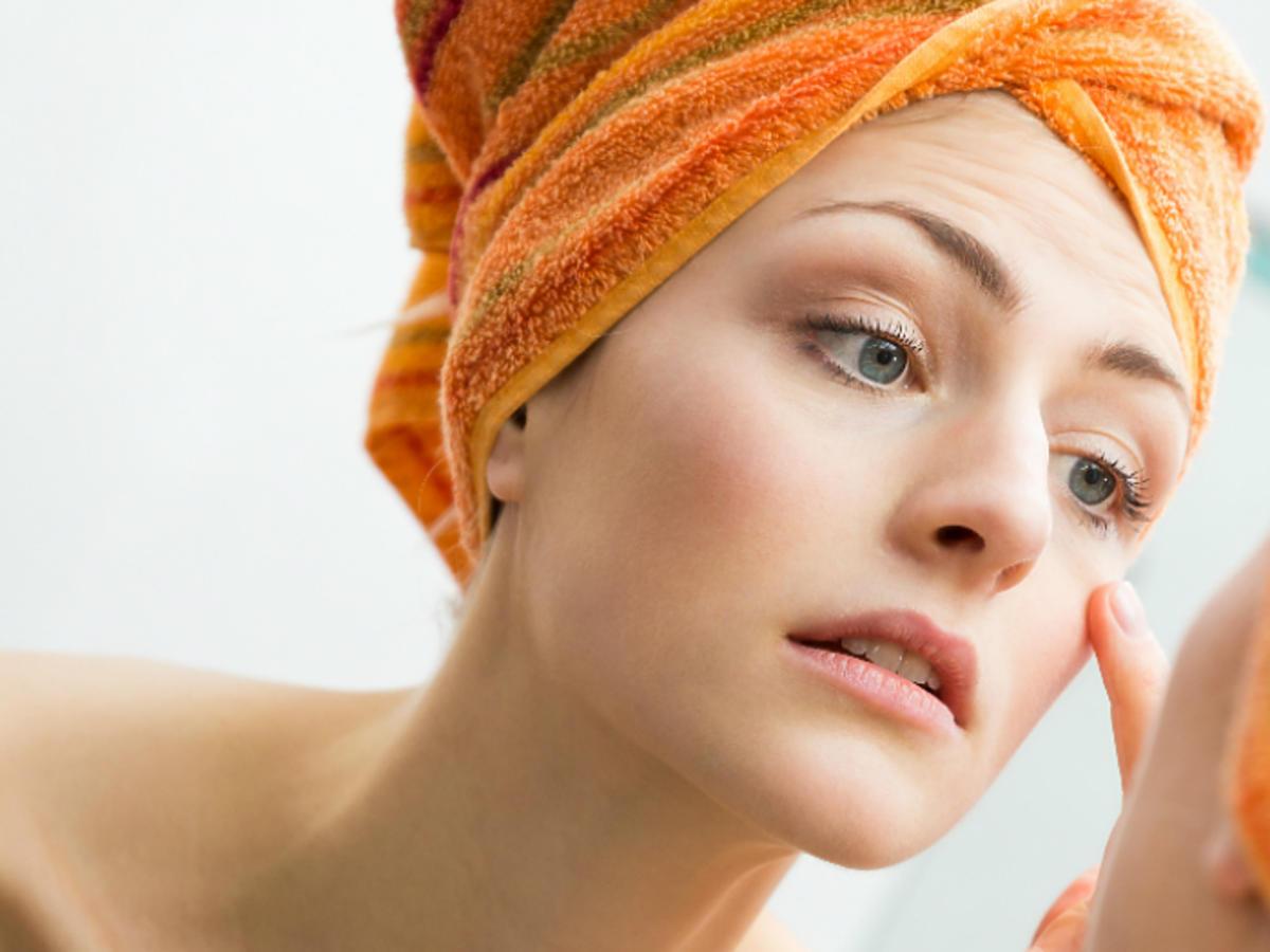 kobieta oglądająca skórę