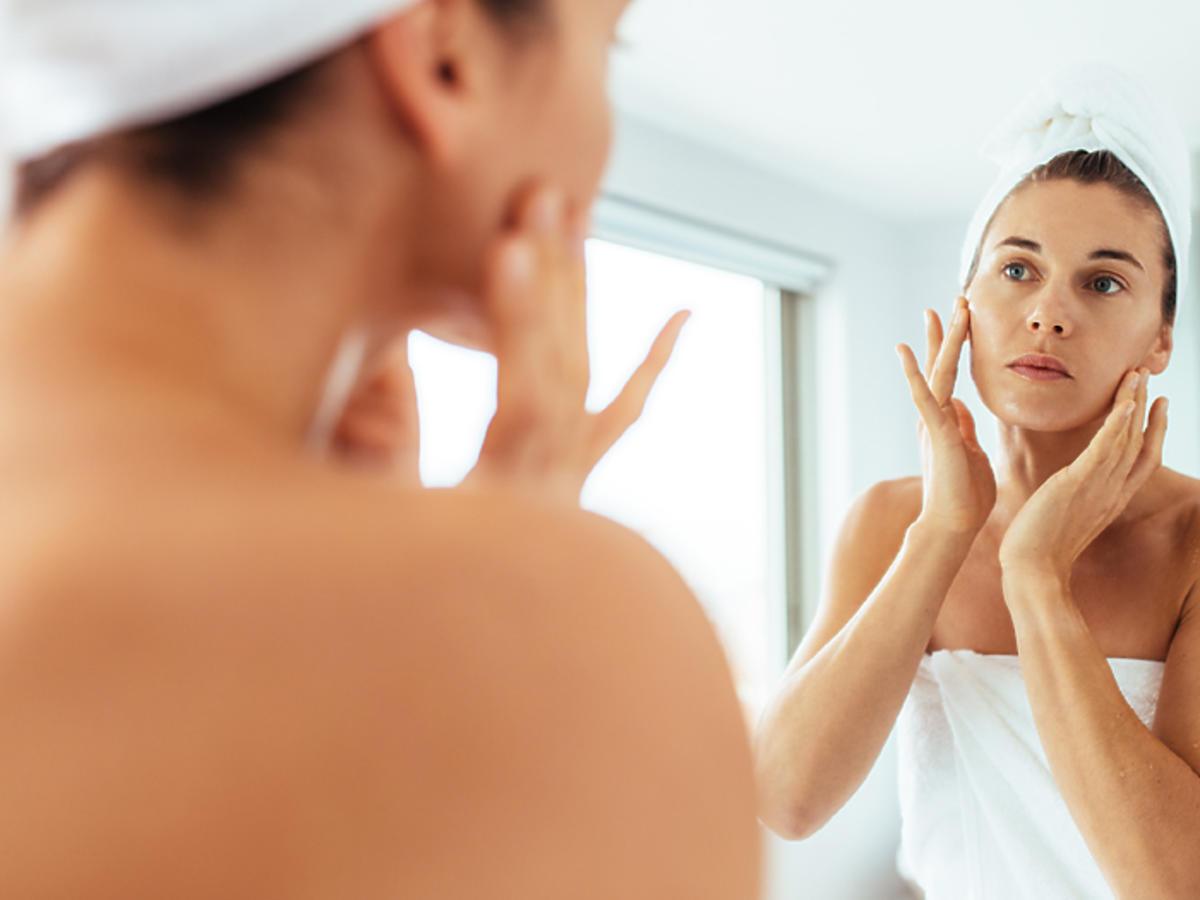 kobieta oglądająca twarz w lustrze toksyna botulinowa działanie efekty