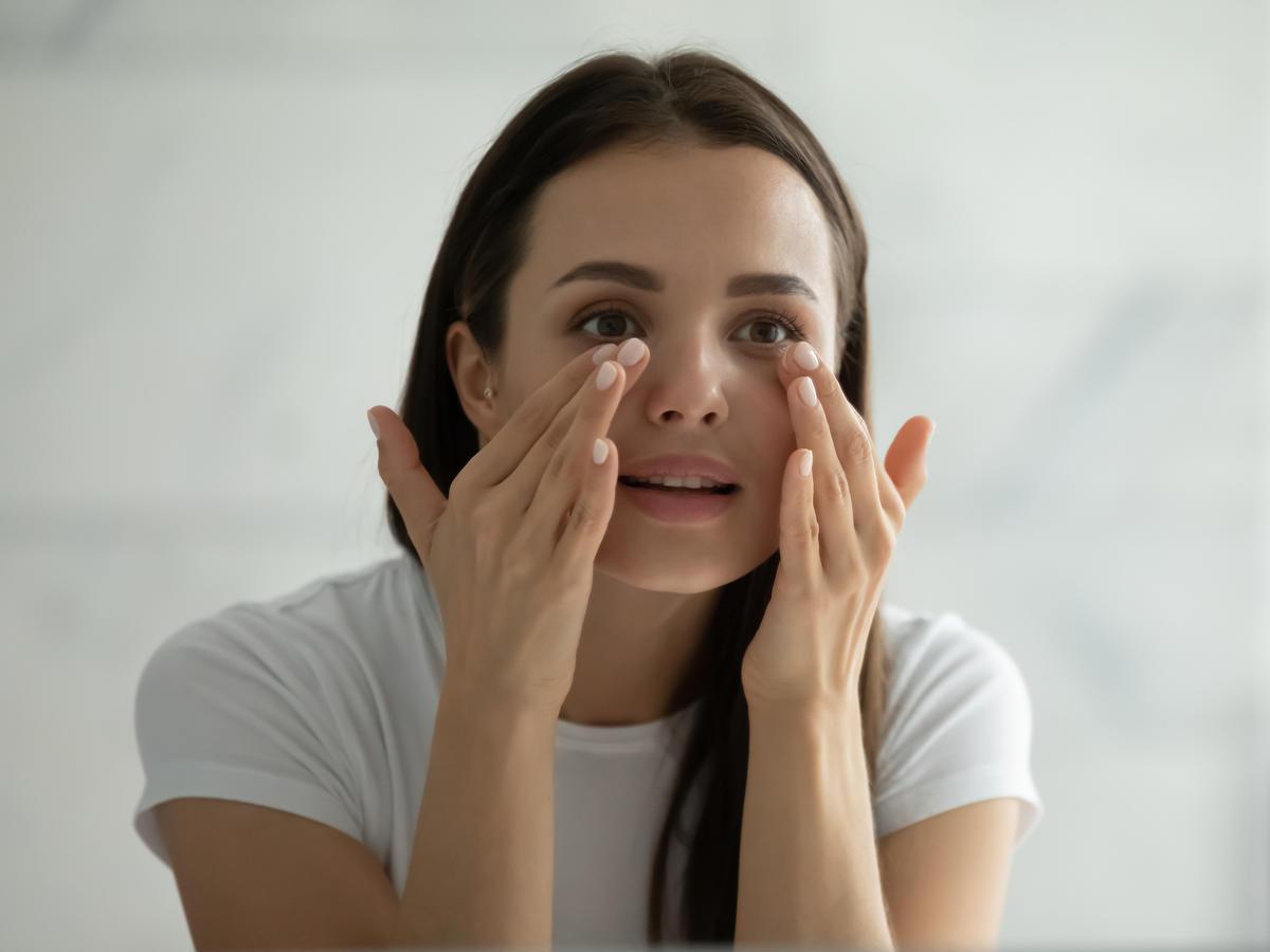 Kobieta pielęgnująca skórę pod oczamu