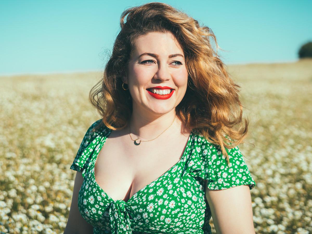 Kobieta plus size w zielonej sukience z dekoltem