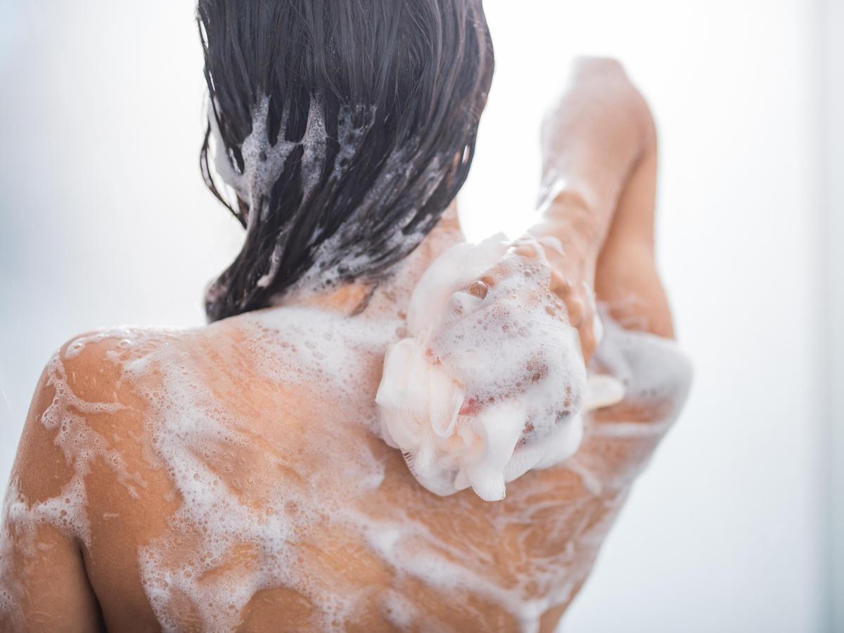 kobieta-pod-prysznicem