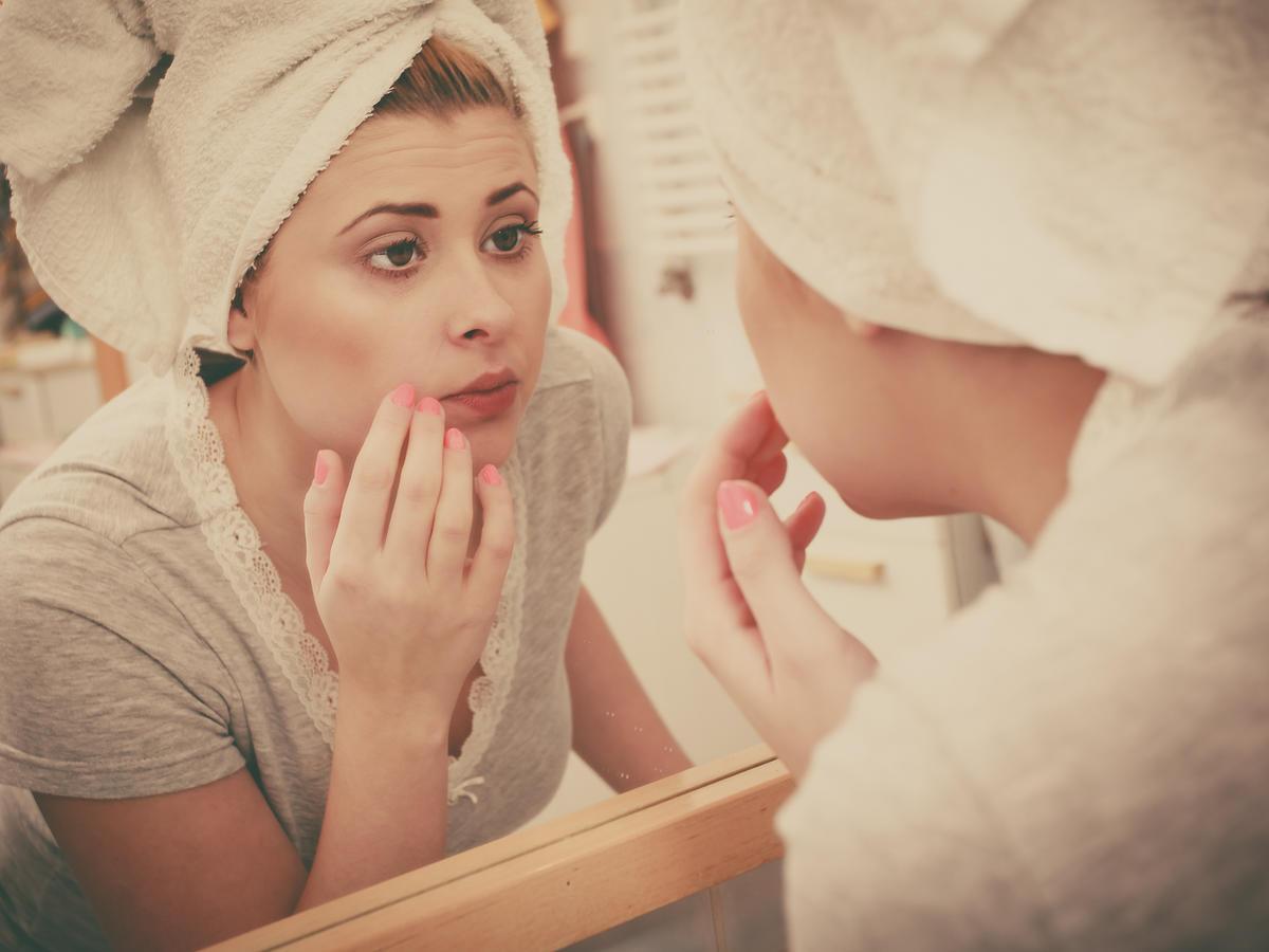 kobieta przeglądająca się w lustrze