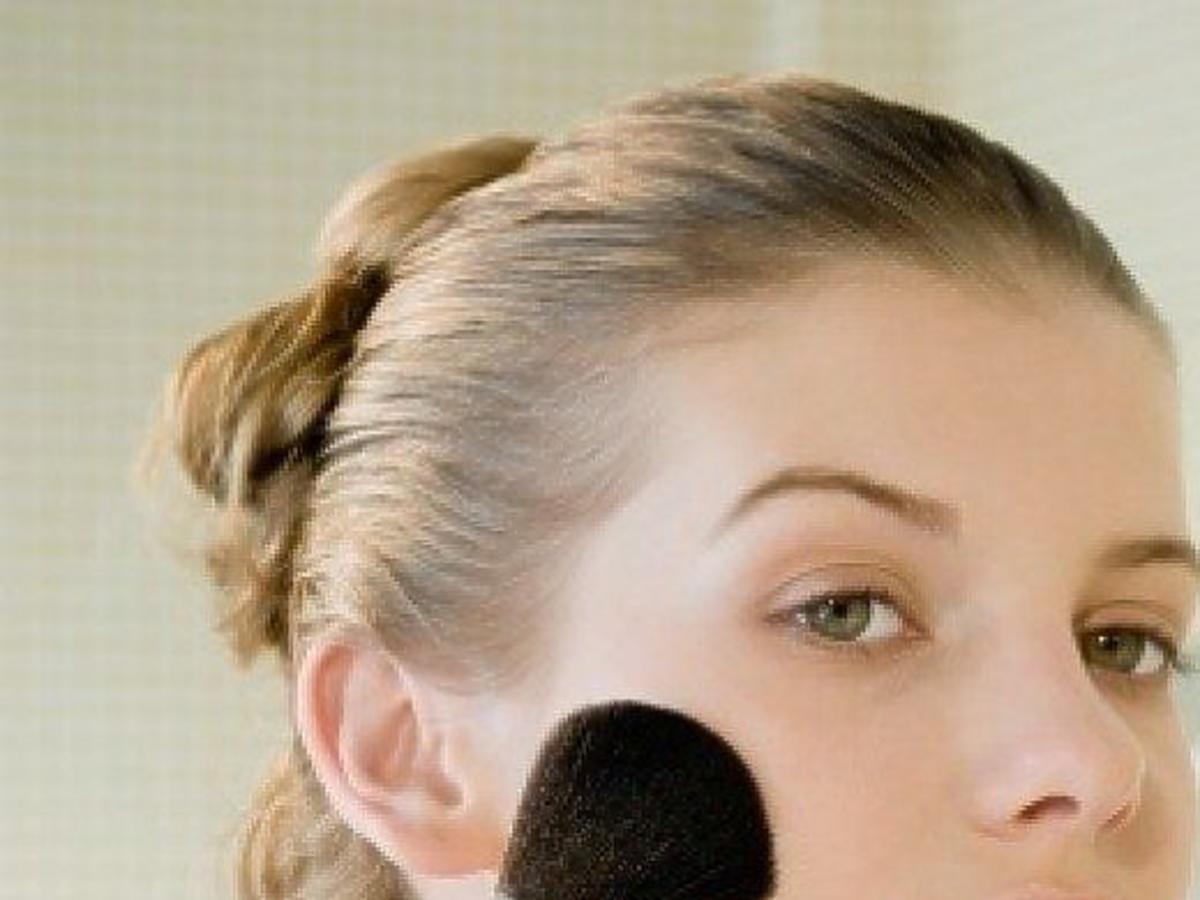 kobieta pudrująca twarz