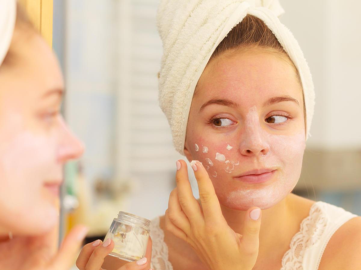 kobieta smarująca twarz