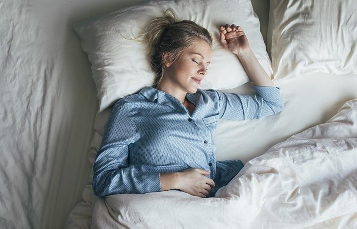 Kobieta śpiąca w łóżku