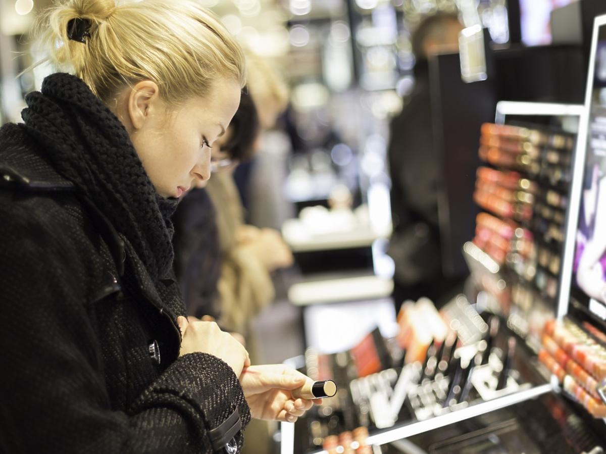 kobieta testuje produkty w drogerii
