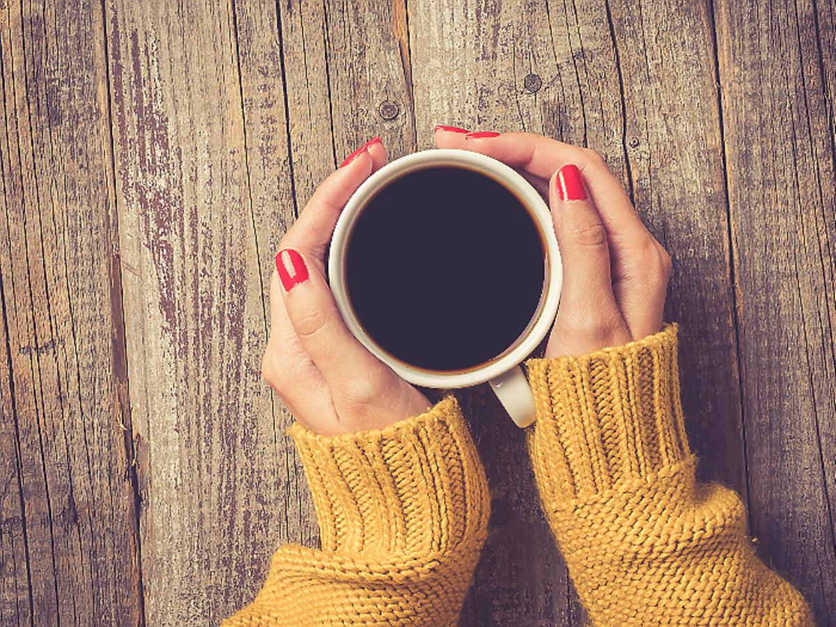 kobieta trzyma kubek kawy