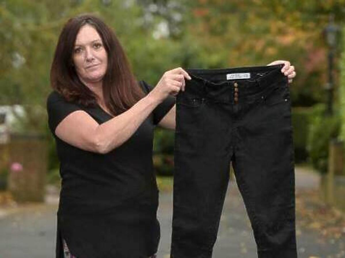 Kobieta trzyma w rękach czarne dżinsy