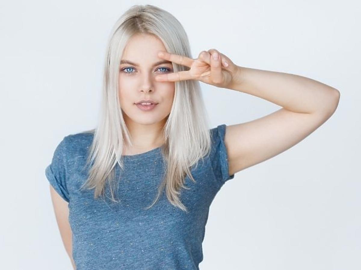 kobieta w blond włosach w niebieskiej koszulce