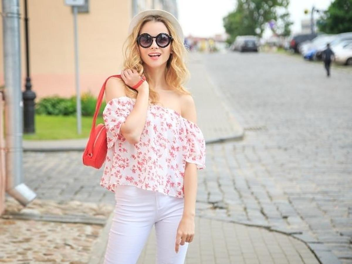 Kobieta w bluzce typu hiszpanka w kwiaty