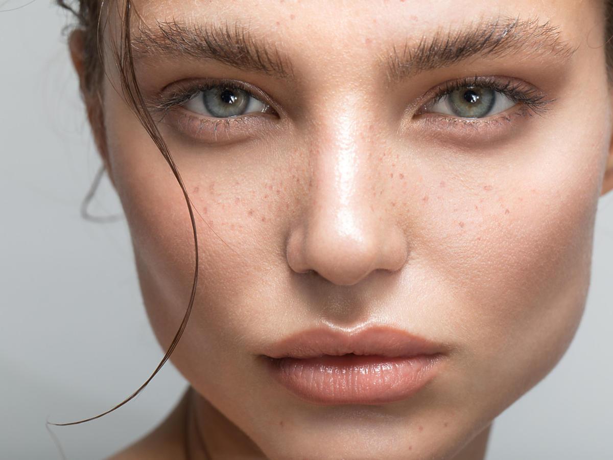 kobieta w delikatnym makijażu z mocno zaczesanymi brwiami jak z TikToka