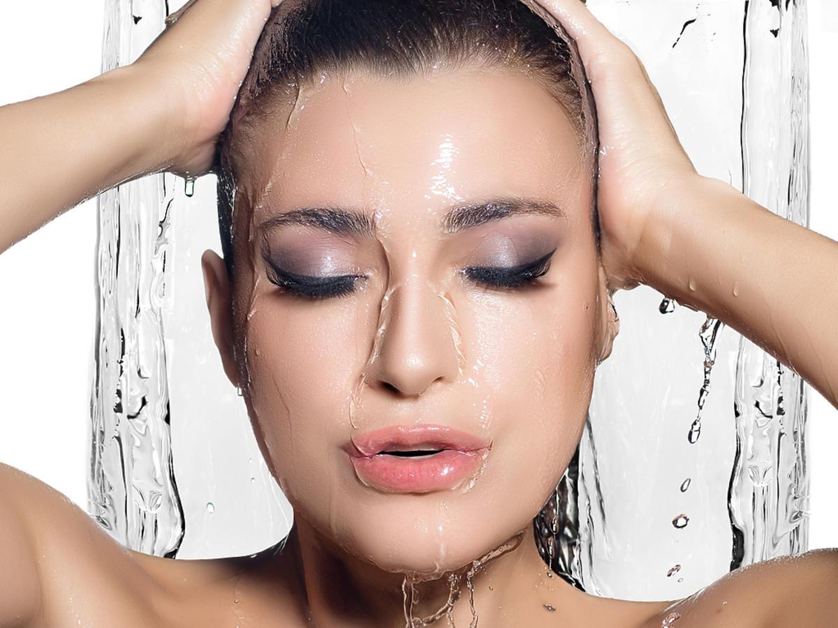 kobieta w makijażu pod prysznicem