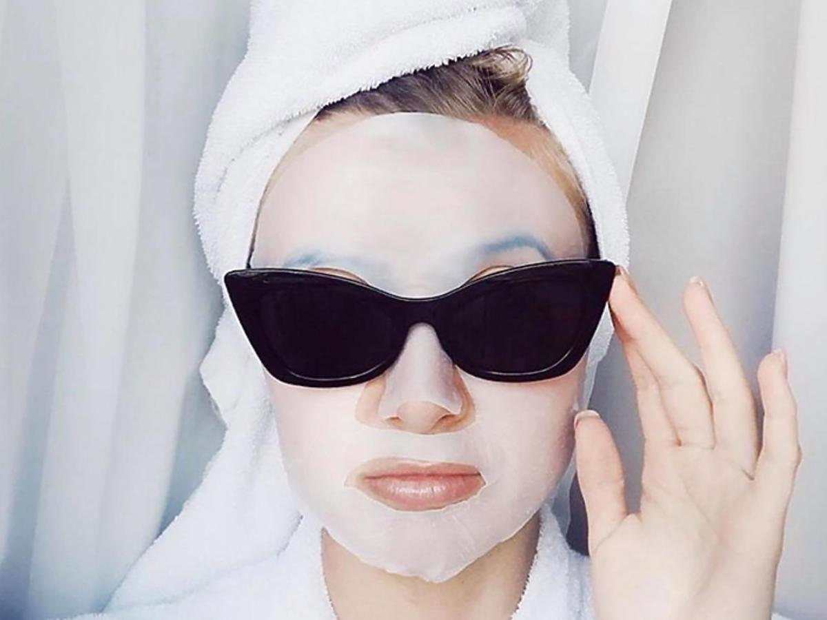 kobieta w masce w płachcie tanie maski w płachcie z Biedronki Be Beauty Care