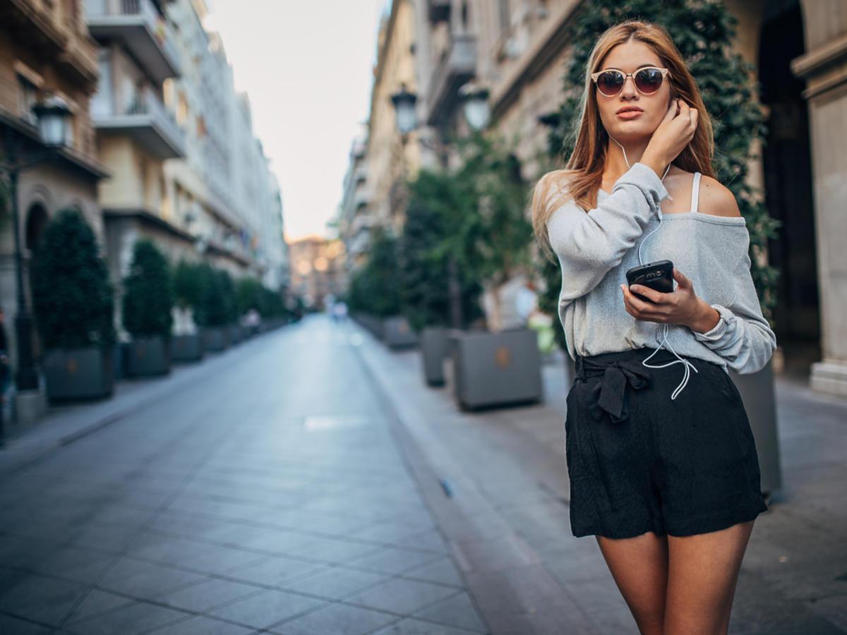 kobieta w modnych shortach z H&M z wyprzedaży